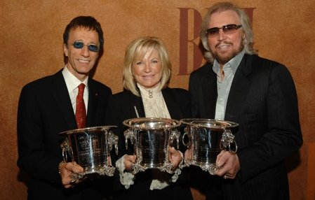 Robin, Ivonne e Barry Gibb con i BMI Icon Awards