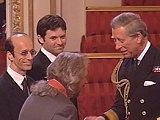 Barry scherza col principe mentre riceve la medaglia