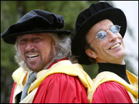Barry e Robin Gibb in toga