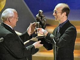 Robin riceve il premio da Gorbachev