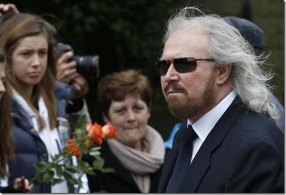 Barry Gibb durante il funerale