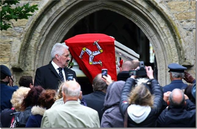 La bara bianca di Robin, ornata con la bandiera dell'Isola di Man