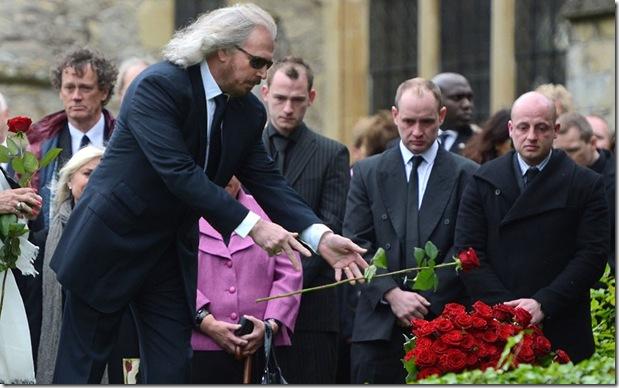 Barry Gibb lancia una rosa nella tomba di Robin.
